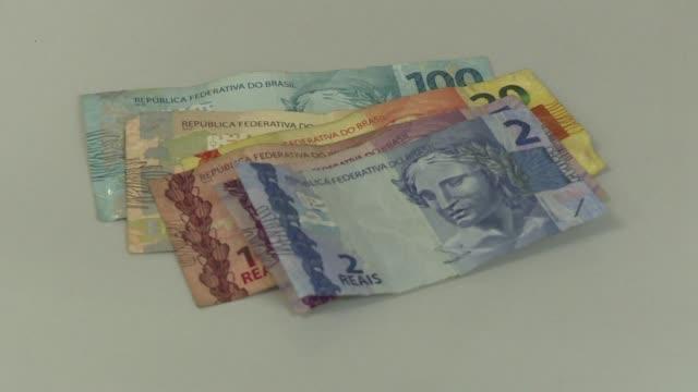 el real brasileño cerró el jueves en el valor más bajo de su historia a 4166 por dólar un día después que el banco central decidió mantener intacta... - día stock videos & royalty-free footage