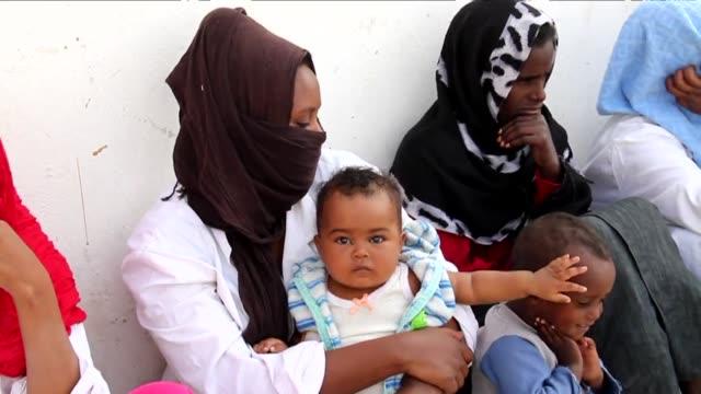 el refugiado sirio fares al bashawat es solo uno de los muchos inmigrantes de africa y oriente medio que intentan llegar a europa arriesgandose a... - refugiado stock videos & royalty-free footage