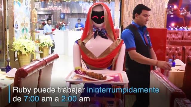 el restaurante drink and spice magic de dubai tiene una camarera muy particular - restaurante stock videos & royalty-free footage