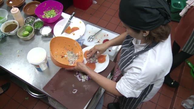 el restaurante londinese mazi más no se limita a servir comida - restaurante stock videos & royalty-free footage