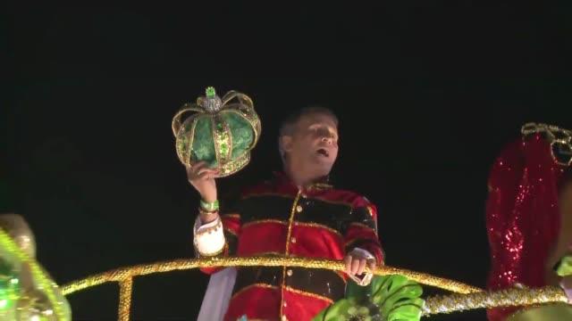 El Rey del futbol en Brasil es Pele pero durante la madrugada de este martes fue Zico otro legendario numero 10 quien reino sobre el Carnaval de Rio...