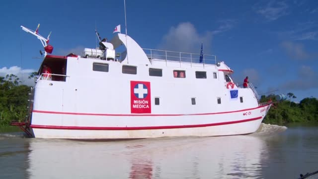 el rio trae el milagro de un barco hospital para los indigenas y afrocolombianos del pacifico un desierto medico corroído por la guerra - guerra del pacifico video stock e b–roll