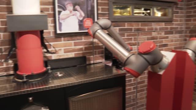 """el robot 'pizzaiolo' de la empresa emergente francesa pazzi, que empezará a """"trabajar"""" el lunes en un nuevo restaurante del centro de parís, quizá... - restaurante stock videos & royalty-free footage"""