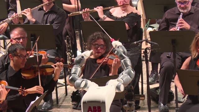 El robot suizo YuMi robo el show el martes al tenor italiano Andrea Bocelli al conducir la Orquesta Filarmonica de Lucca tras aprender a imitar los...