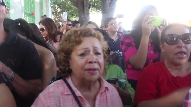 el rostro del fallecido cantautor juan gabriel cubria las portadas de la mayoría de los diarios de mexico el lunes tanto en la radio como en la... - luto stock videos and b-roll footage