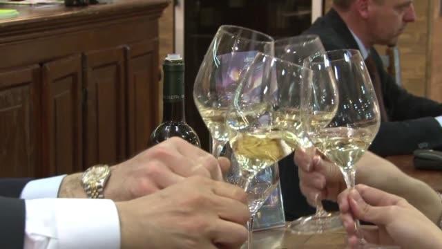 vídeos de stock, filmes e b-roll de el salon del vino vinitaly de verona en el noroeste de italia cierra sus puertas este miercoles voiced el vino italiano a la conquista de asia on... - vino