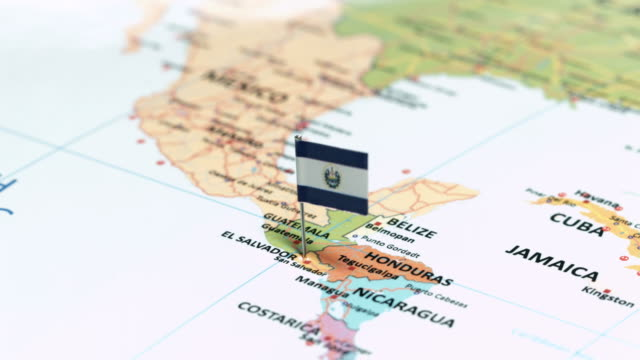 el salvador mit nationalflagge - lateinamerika stock-videos und b-roll-filmmaterial