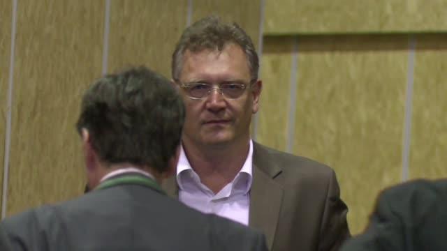 stockvideo's en b-roll-footage met el secretario general de la fifa jerome valcke se rehuso a comentar este lunes las nuevas denuncias de presuntos sobornos pagados por catar para... - omkoping