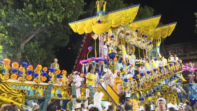 el segundo dia de desfiles de rio de janeiro arranco el lunes con la presentacion de las ultimas seis escolas que compiten por coronarse campeonas... - brazilian carnival stock videos and b-roll footage