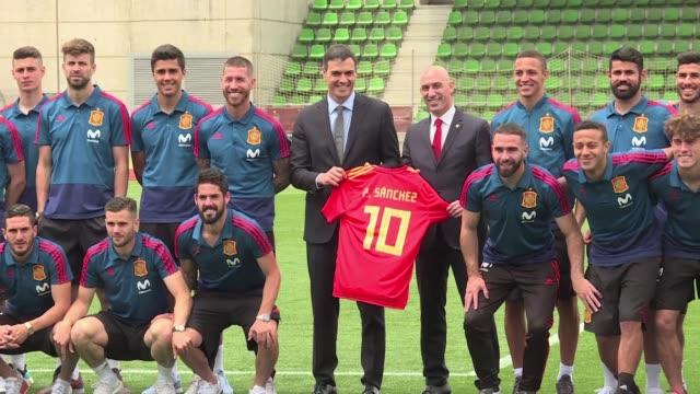 El seleccionado de futbol de Espana recibio el martes la visita del nuevo presidente del gobierno Pedro Sanchez