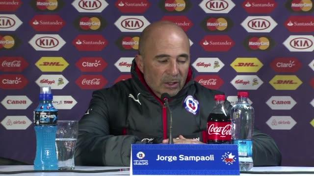El seleccionador de futbol de Chile el argentino Jorge Sampaoli se quejo por los dos goles que fueron anulados a su equipo en el empate 33 con Mexico...