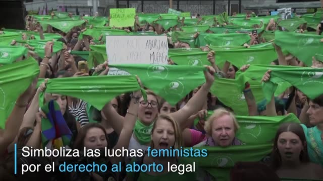 el simbolo de las luchas feministas por el derecho al aborto legal en argentina trajo un nuevo color a las calles del pais sudamericano y se ha... - verde color stock videos & royalty-free footage