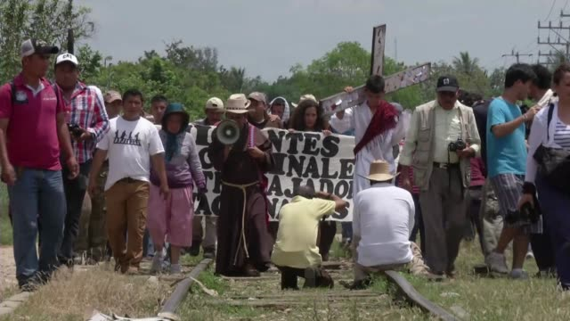 el sur de mexico es una via de entrada para los migrantes centroamericanos que buscan llegar ilegalmente a estados unidos voiced un padre para los... - entrada stock videos and b-roll footage