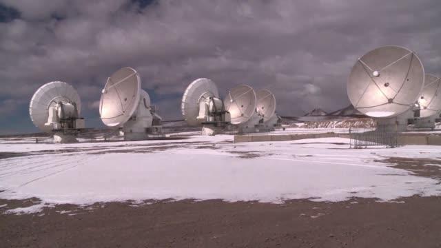 el telescopio mas grande del mundo esta ubicado en el desierto de atacama al norte de chile - astronomia stock videos & royalty-free footage