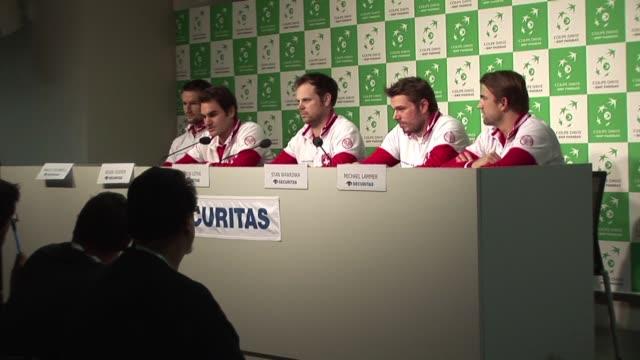 el tenista nmero uno de suiza roger federer lesionado de la espalda afirmo este martes ser optimista en cuanto a su participacion en la final de la... - sportweltmeisterschaft stock-videos und b-roll-filmmaterial