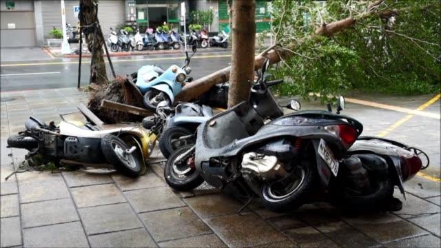El tifon Megi toco tierra el miercoles de manana en China continental causando la muerte de al menos una persona despues de haber golpeado duramente...