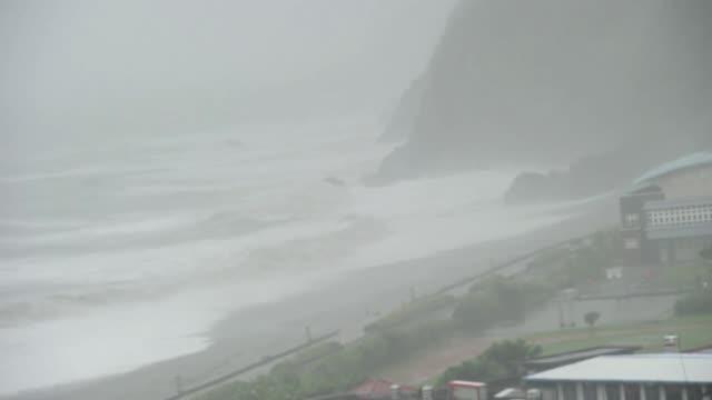 el tifon saola desprendio toda su furia al tocar la costa de taiwan este jueves, causando la muerte de cuatro personas y dejando la isla paralizada.... - tocar stock videos & royalty-free footage