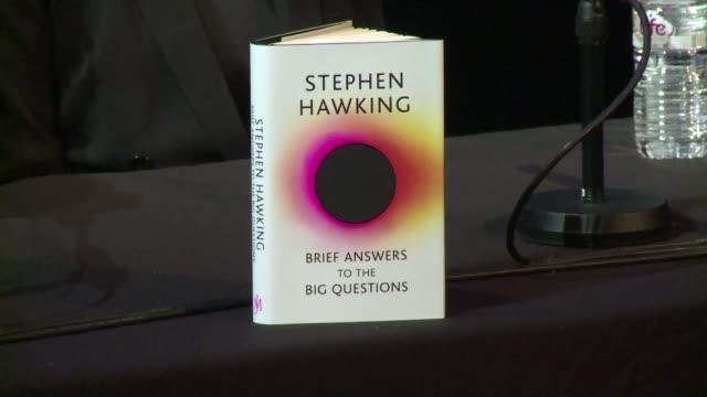 el trabajo final de stephen hawking en el que aborda cuestiones que van de la existencia de dios a la posibilidad de viajar en el tiempo fue... - astronomia stock videos & royalty-free footage