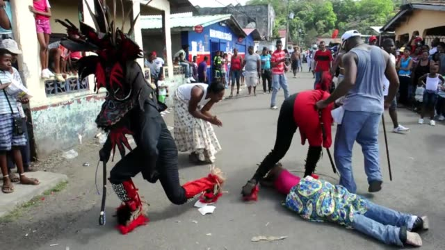 el tradicional festival de los congos y los diablos una evocacion de la lucha entre los descendientes de esclavos negros y los colonizadores... - festival tradicional stock videos & royalty-free footage