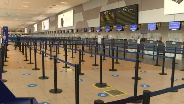 el tradicionalmente congestionado y bullicioso aeropuerto jorge chávez en lima lucía casi vacío el viernes y operaba al 5% de su capacidad dos días... - luce stock videos & royalty-free footage