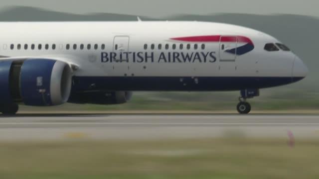 stockvideo's en b-roll-footage met el trafico aereo mundial de pasajeros muy afectado por la pandemia de covid-19 se desplomo un 14,1% en febrero en comparacion anual indico el jueves... - transporte