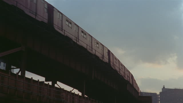 1969 ms el train moving past/ brooklyn, new york, usa - hochbahn passagierzug stock-videos und b-roll-filmmaterial