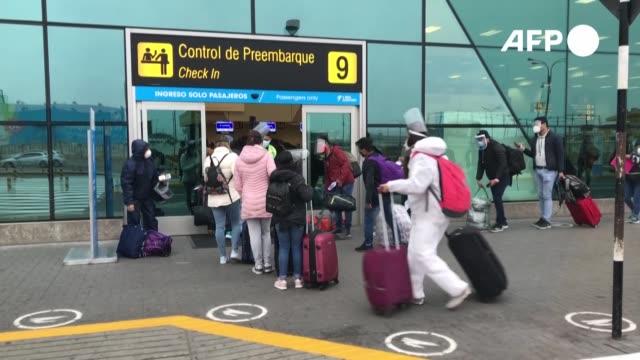 el transporte nacional aéreo y terrestre de pasajeros se reanudó el miércoles en perú, tras cuatro meses de paro por la pandemia, en un intento por... - transporte stock videos & royalty-free footage