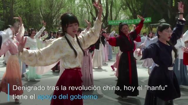 CHN: El vestido tradicional chino vuelve a estar de moda