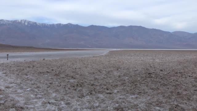 el valle de la muerte, en california, registró el domingo una temperatura de 54,4 °c que está siendo revisada y que, de homologarse, sería la tercera... - planeta stock videos & royalty-free footage
