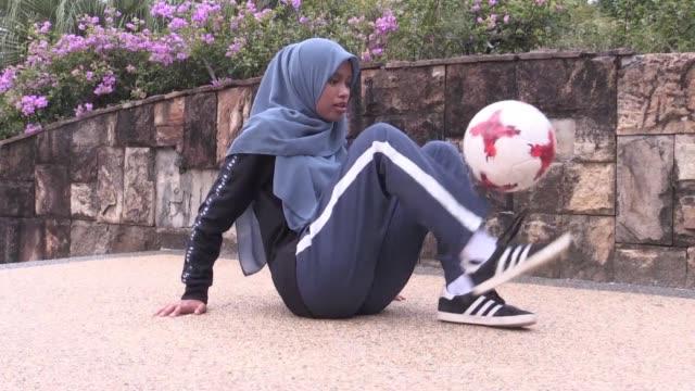 El velo islamico no impide a Qhouirunnisa Endang Wahyudi una estudiante malasia de 18 anos practicar el futbol freestyle