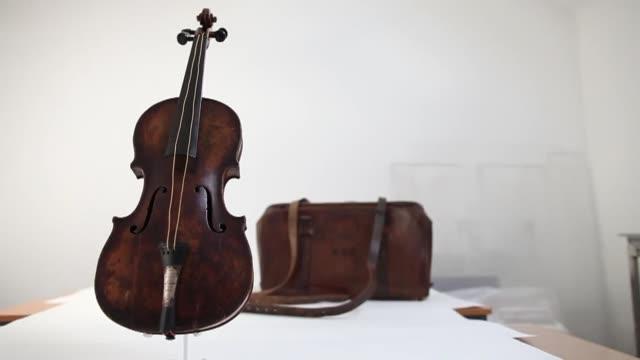 el violin que uso el director de la orquesta del titanic mientras el barco se hundía será exhibido en belfast antes de su subasta subastaran el... - titanic belfast stock videos and b-roll footage