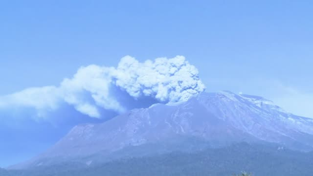 El volcan Calbuco que hizo dos violentas erupciones despues de mas de medio siglo de inactividad volvio a lanzar columnas de cenizas este viernes...