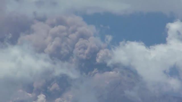 el volcan de fuego en guatemala provoco la evacuacion de 10000 personas debido a las erupciones iniciadas el jueves voiced erupcion de volcan en... - personas stock videos & royalty-free footage
