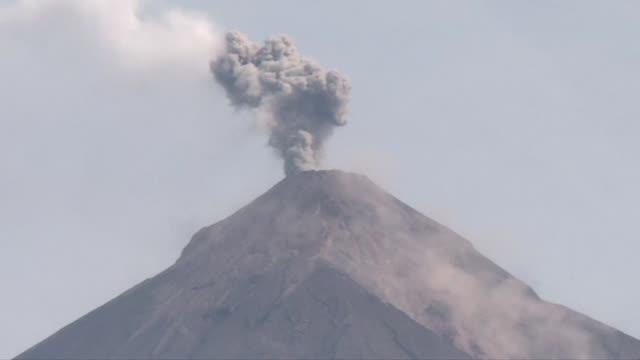 el volcan de fuego en guatemala que hace tres dias desato su furia en una erupcion que dejo al menos 75 muertos y 192 desaparecidos seguia el... - guatemala stock videos & royalty-free footage