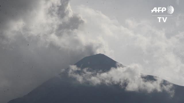 El Volcan de Fuego hizo erupcion el viernes y lanzó columnas de hasta 2200 metros sobre el nivel del crater se evacuaron unas 300 personas del...