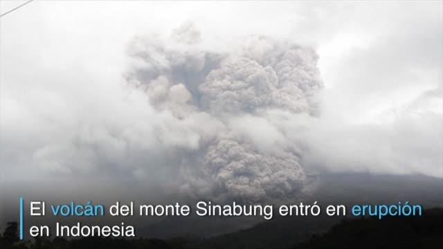 El volcan del monte Sinabung entro en erupcion el lunes y cubrio de cenizas y residuos cientos de hogares en aldeas a 7 kilometros de distancia