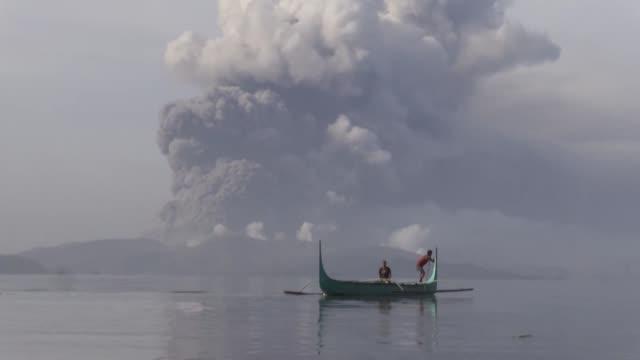 el volcan taal escupia el lunes lava y una gigantesca columna de cenizas y humo al sur de la capital de filipinas donde cientos de vuelos... - erupting stock videos & royalty-free footage