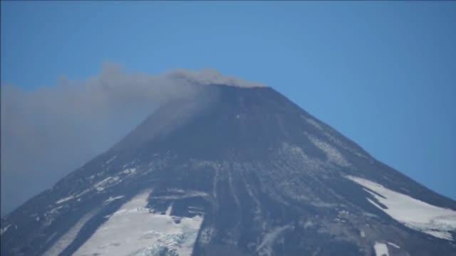 el volcan villarrica que hizo erupcion a principios de mes en el sur de chile volvio a aumentar en actividad en el ultimo dia lo que llevo a las... - subir stock videos and b-roll footage