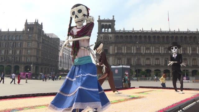 El Zocalo de la Ciudad de Mexico es el escenario de varias ofrendas de Dia de Muertos que hacen homenaje a los migrantes y a las victimas de la...