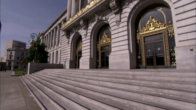 elaborate golden decorations arches and pillars adorn the facade of san francisco's city hall. available in hd. - rathaus stock-videos und b-roll-filmmaterial