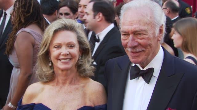 vídeos y material grabado en eventos de stock de elaine taylor and husband christopher plummer at the 82nd annual academy awards - arrivals at hollywood ca. - christopher plummer