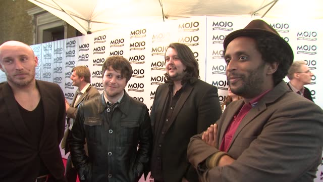 vídeos de stock e filmes b-roll de elbow on whether they get less bashful as they win more awards on the mojos at the the mojo honours list 2009 at london england - elbow