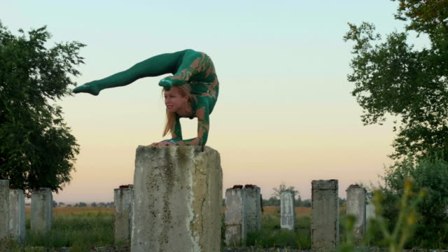 Elbow stand on the column