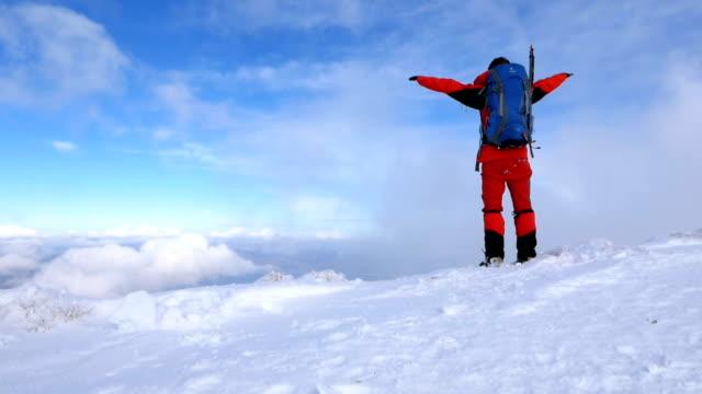 äldre alpin klättrare bor armar öppen i toppen av hög höjd berget på vintern vid soluppgången - klätterutrustning bildbanksvideor och videomaterial från bakom kulisserna