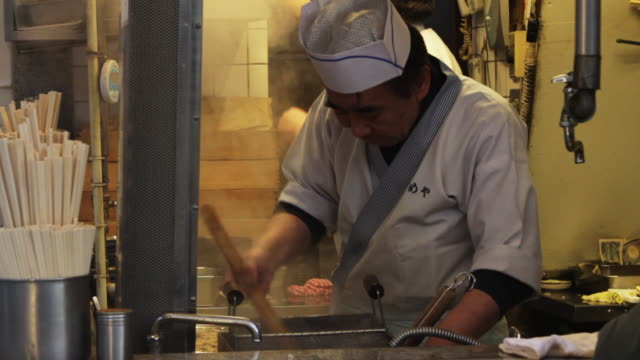 stockvideo's en b-roll-footage met elderly asian man washes dishes in a restaurant - goede staat