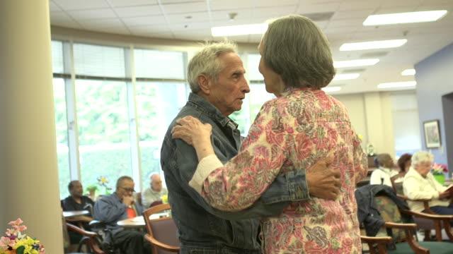 stockvideo's en b-roll-footage met elderly couple slow dances, assisted living center - jong van hart
