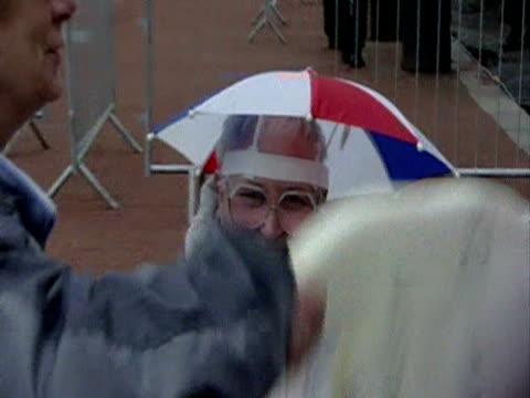 vidéos et rushes de elderly ladies shaking big foam hand in george square glasgow - foam hand