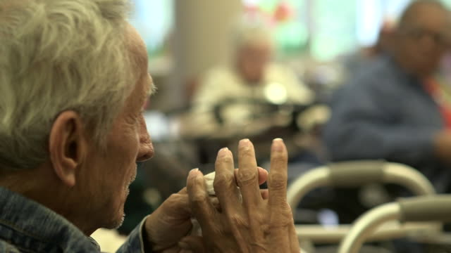 vídeos de stock, filmes e b-roll de elderly man claps, close up - jovem de espírito