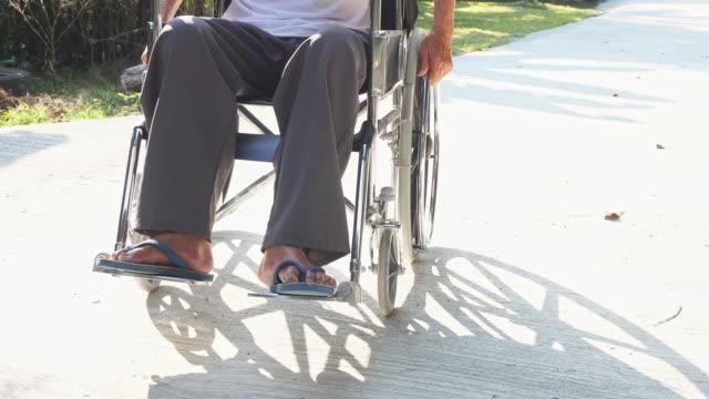 uomo anziano disabile o handicappato su sedia a rotelle. - tecnologia assistiva video stock e b–roll