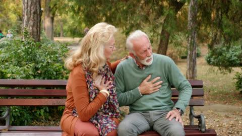vídeos y material grabado en eventos de stock de anciano teniendo dolores de pecho o ataque al corazón en el parque - primeros auxilios